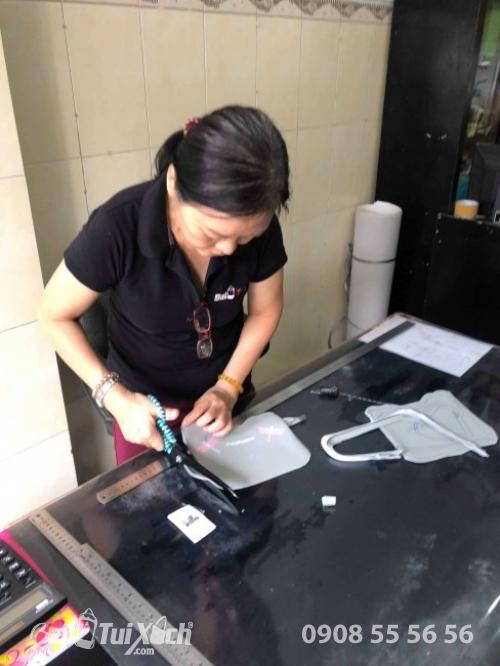 Nhân viên may mẫu túi xách da tại văn phòng công ty Gia Công Da