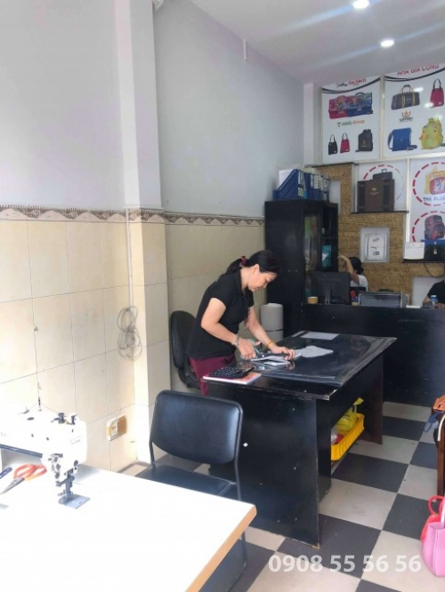 Nhân viên lên mẫu rập, cắt túi da tại văn phòng Gia Công Da