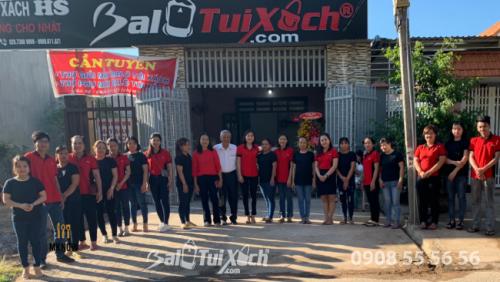 Đội ngũ nhân viên BaloTuiXach tại buổi lễ khai trương phân xưởng tại Long Khánh, Đồng Nai